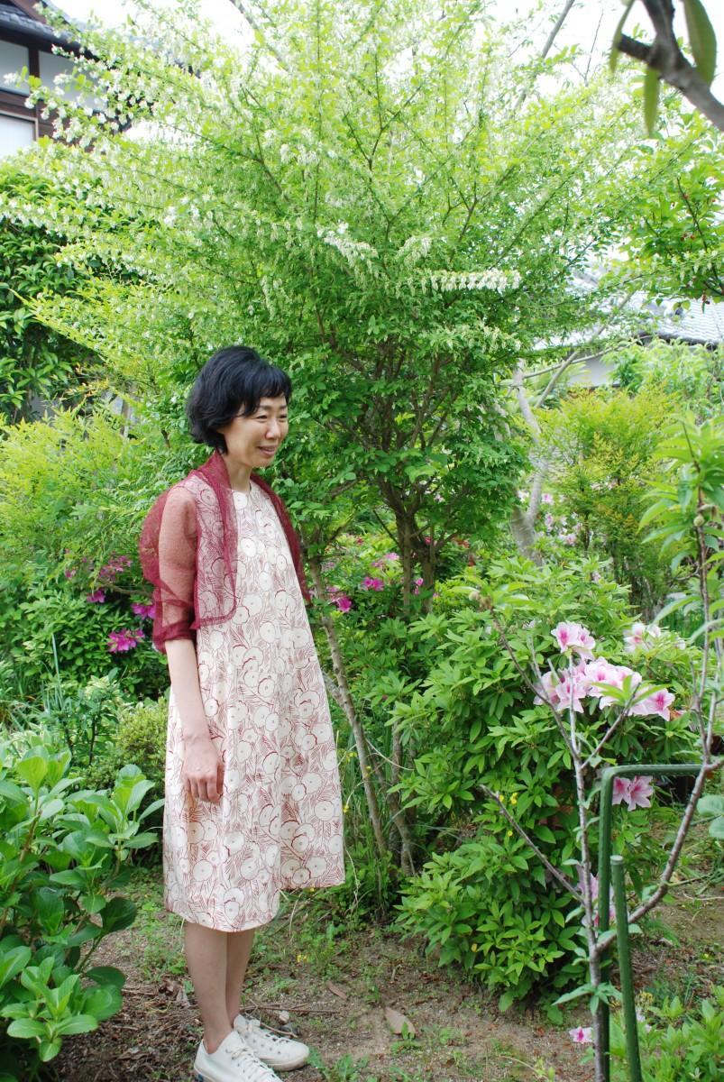 井上ゆうさんの自宅アトリエの庭でモデルが着用した創作服