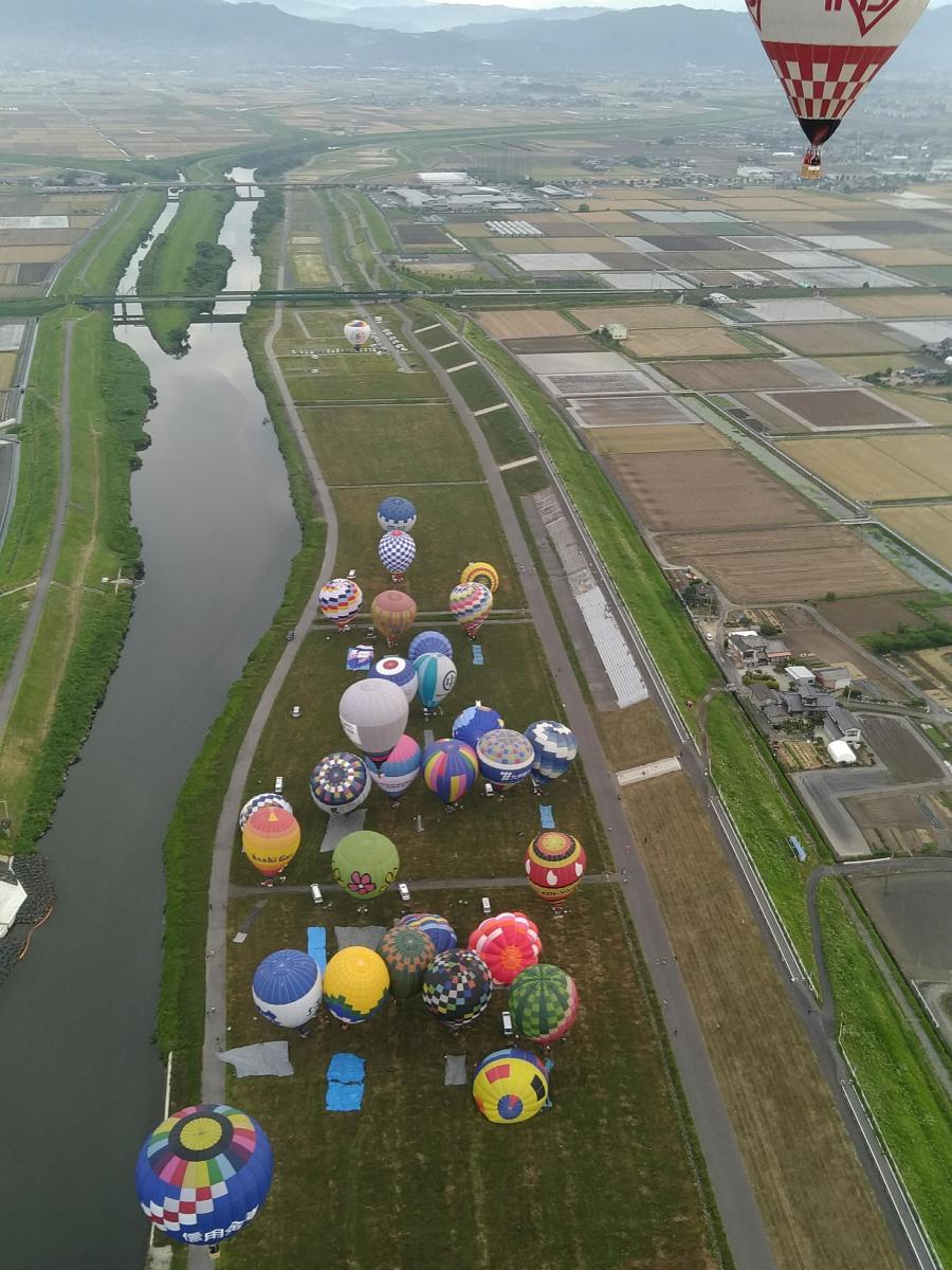 会場の嘉瀬川河川敷を一斉離陸する競技気球(参加パイロットからの提供)