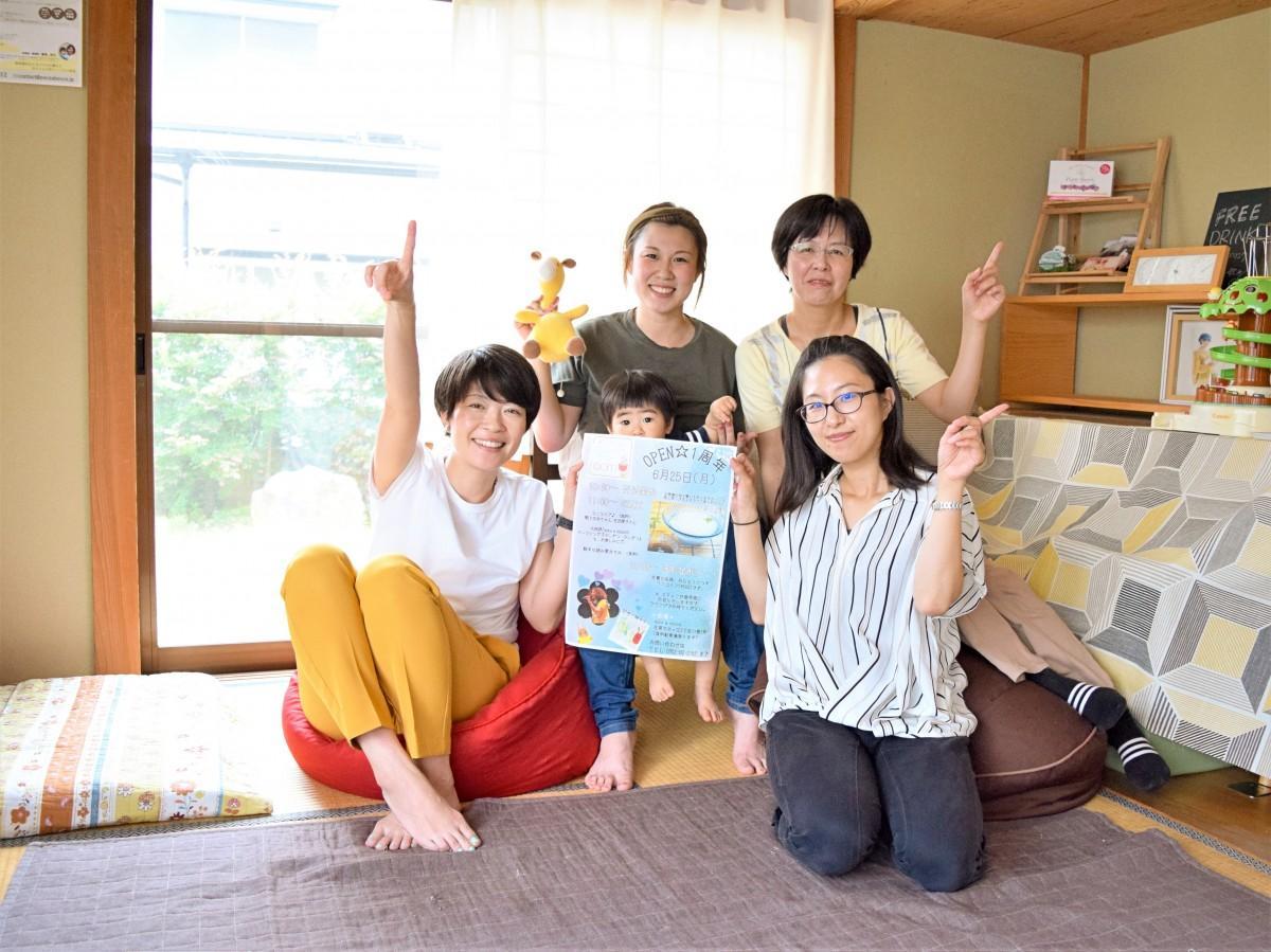 「産前産後ケアroom」のラウンジで1周年記念イベントをPRするpoco a bocco代表の寺野幸子さん(左下)と助産師、エステティシャン