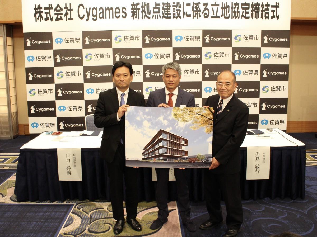 (左から)佐賀県の山口祥義知事、「Cygames」取締役管理本部長の近石愛作さん、佐賀市の秀島敏行市長