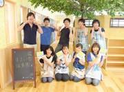 「すまいる保育園」園長の竹内陽慶さん(後列中央)と職員
