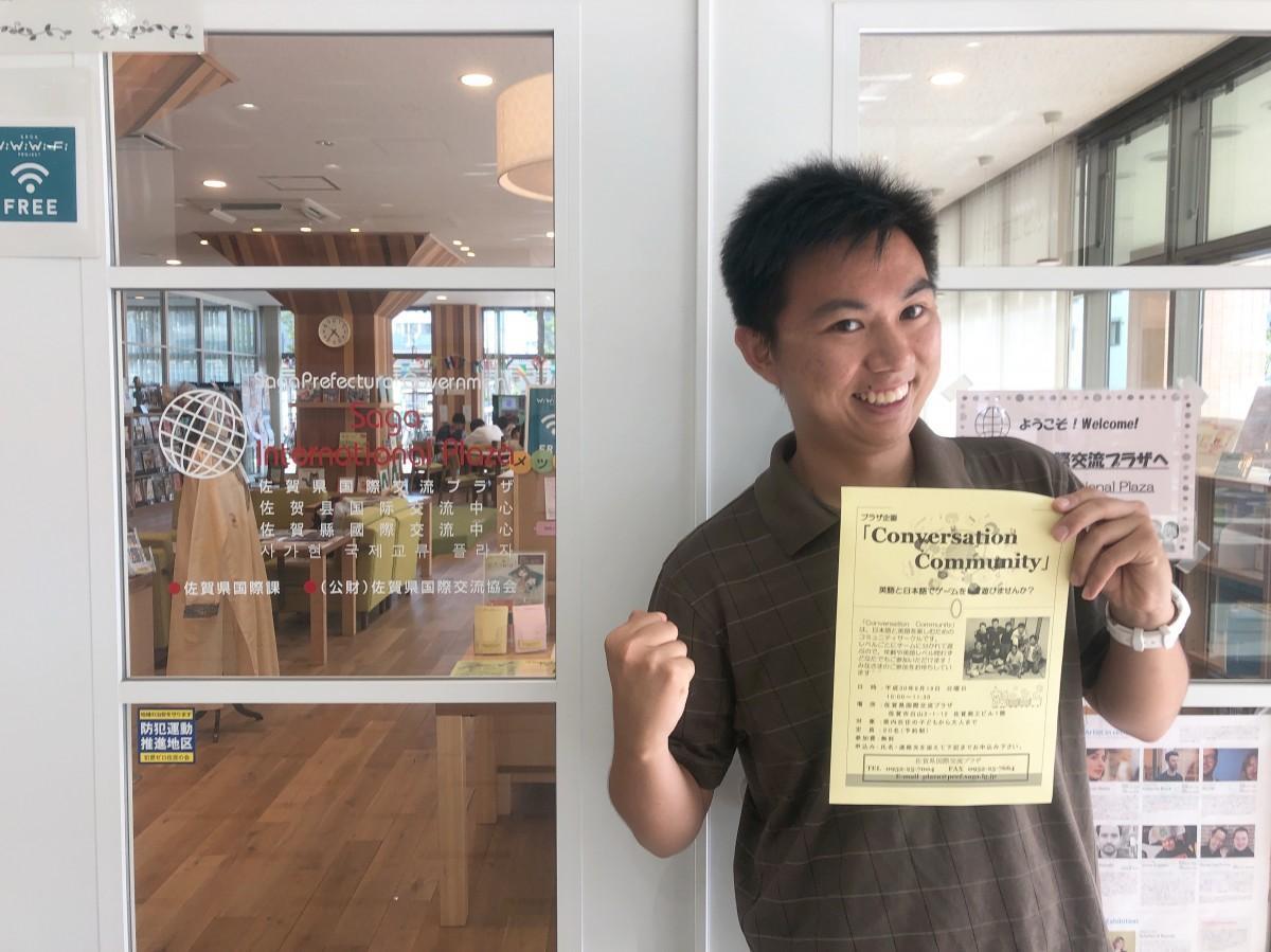会場の「佐賀県国際交流プラザ」で参加を呼び掛けるスティーブン・ニューエンさん