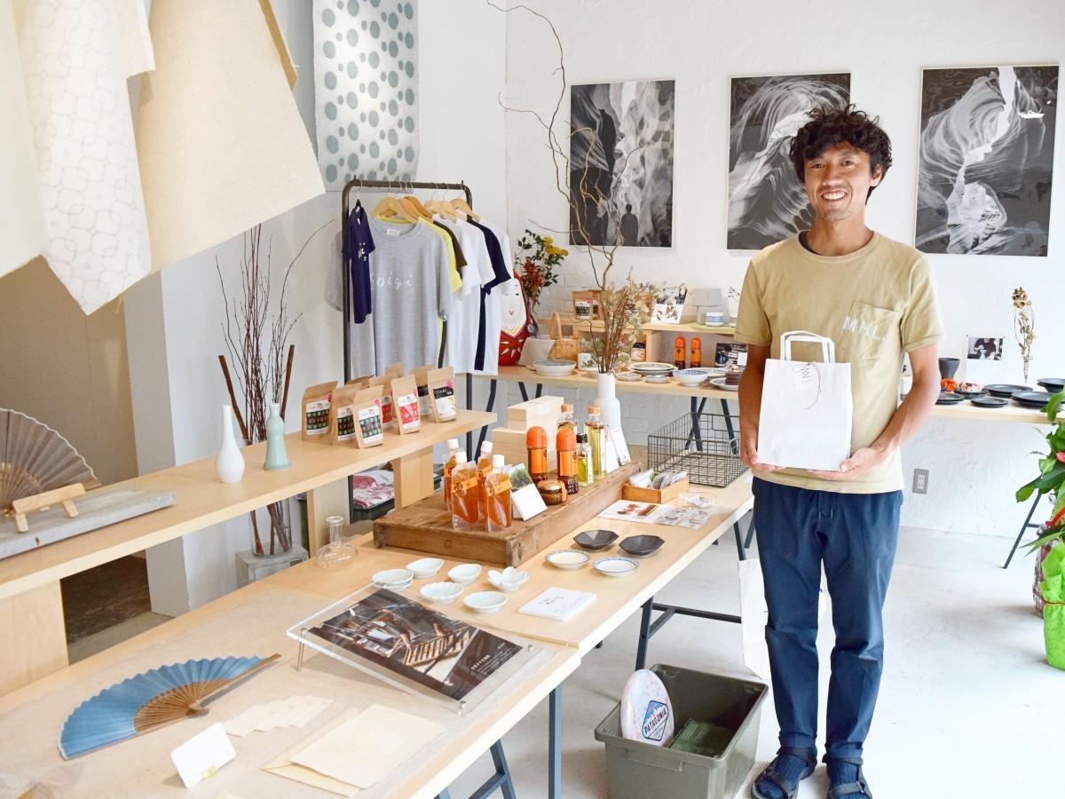 「GOFUKU Local & Gift」店内で笑顔を見せる、店主の水田秀樹さん