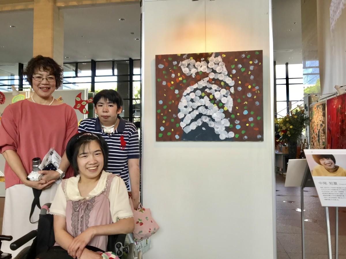 佐賀女子短期大学准教授の大江登美子さん(後列左)、「はーとあーと倶楽部」の中尾知夏さん(前列)と作品「イルミネーション」