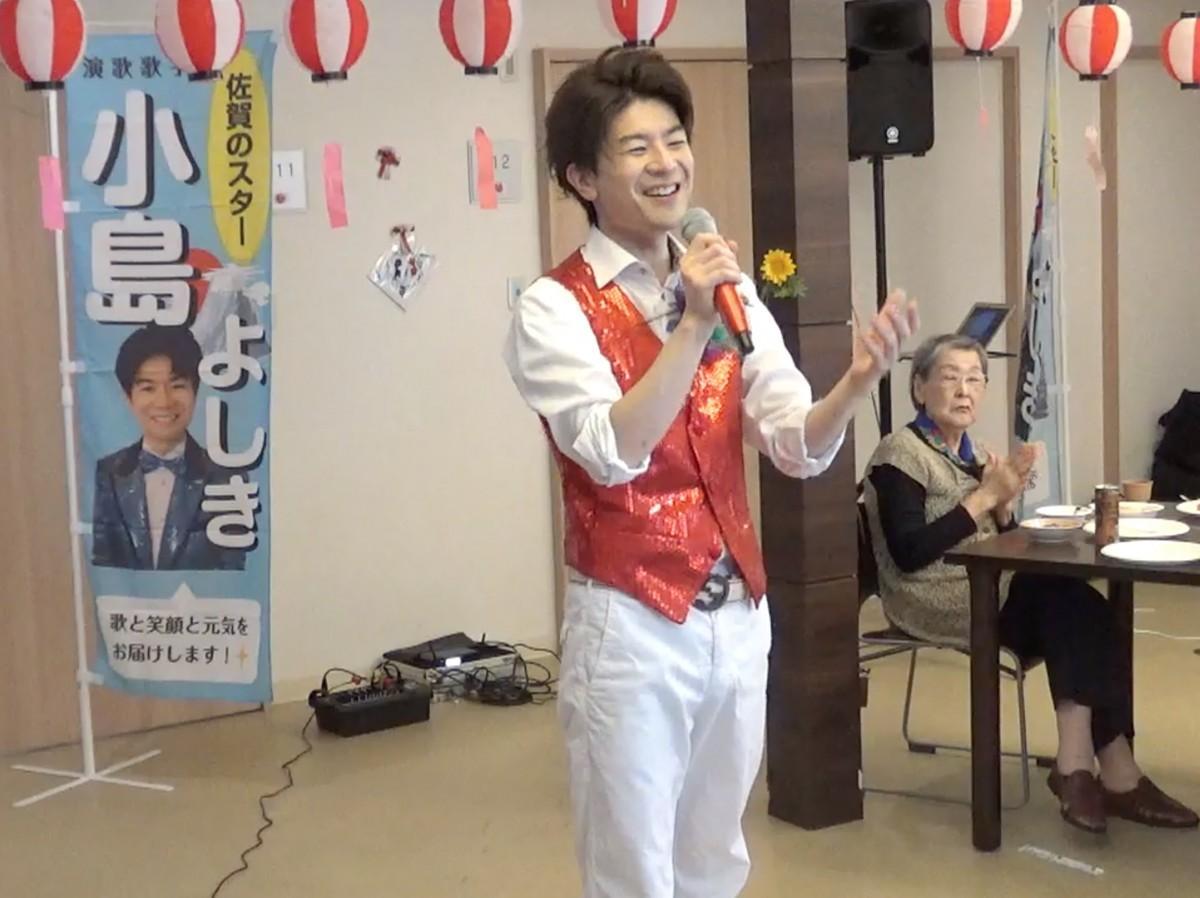 コンサートで熱唱する小島よしきさん