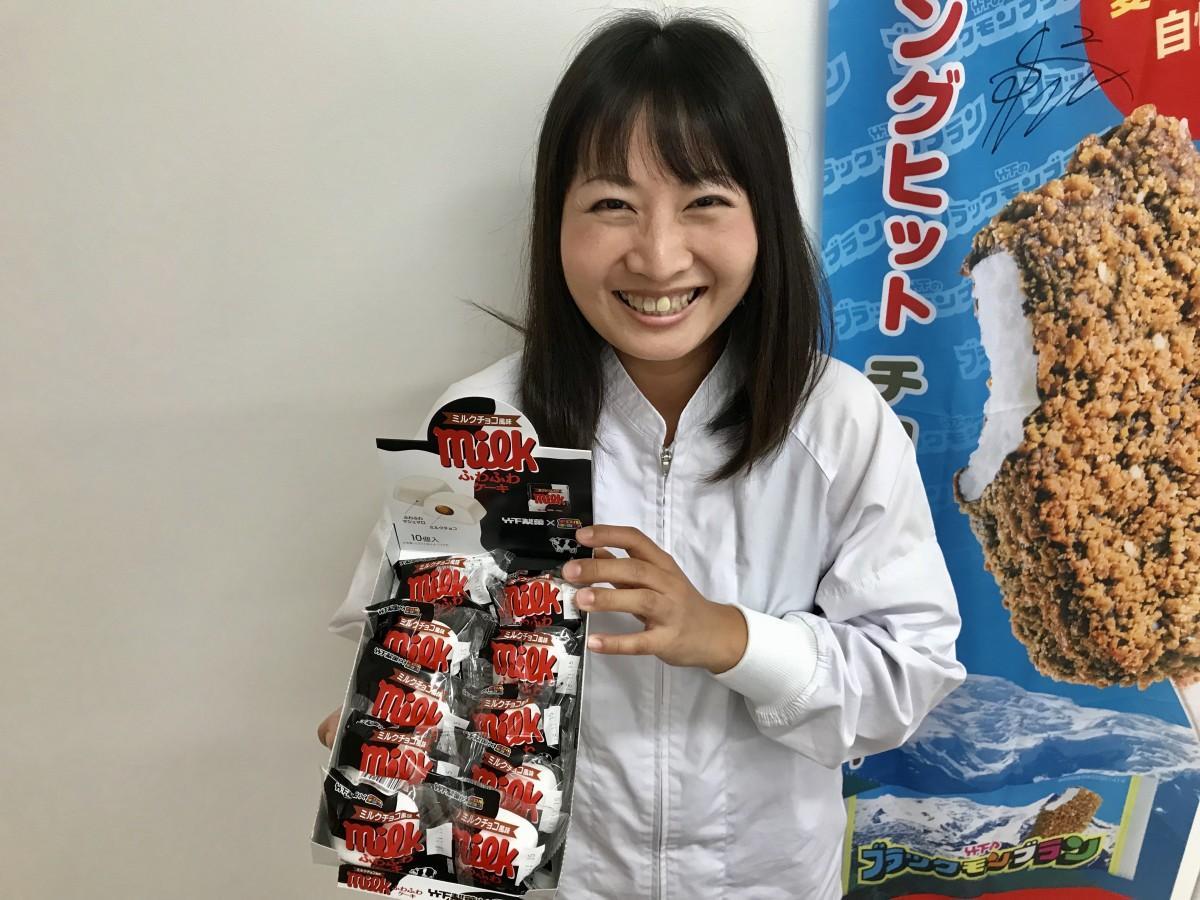 「ふわふわケーキ ミルクチョコ風味」をPRする竹下製菓商品開発室の吉田満梨さん
