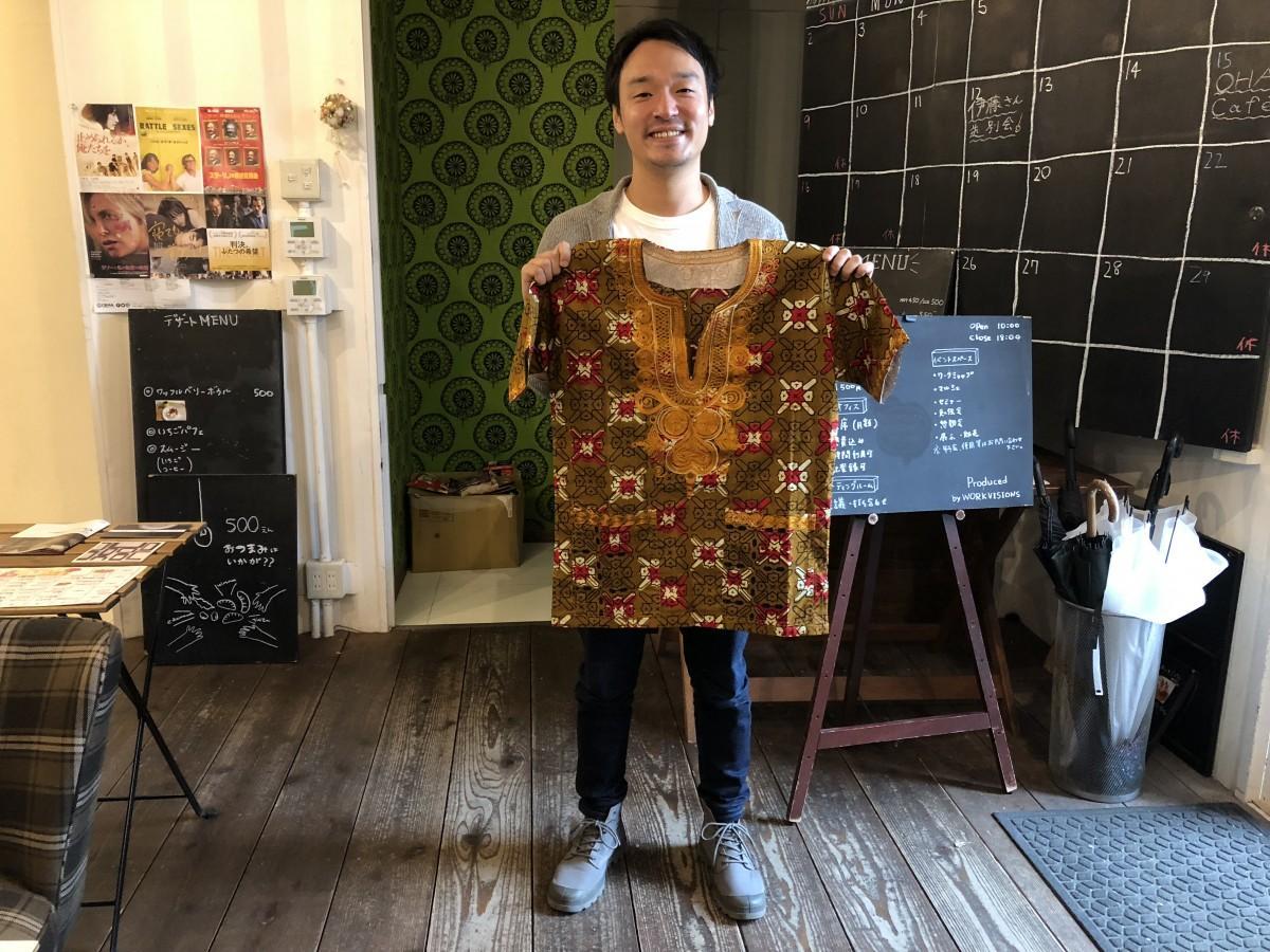 元子ども兵のオコト・ジョセフさんが製作した衣服を紹介する島彰宏さん