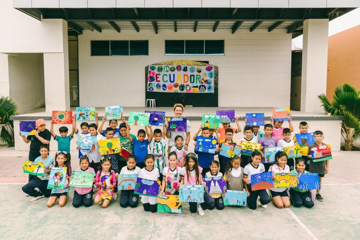 壁画とライブペイントのアーティスト・ミヤザキケンスケさんと、エクアドルの子どもたち(提供=「Over The Wall」)