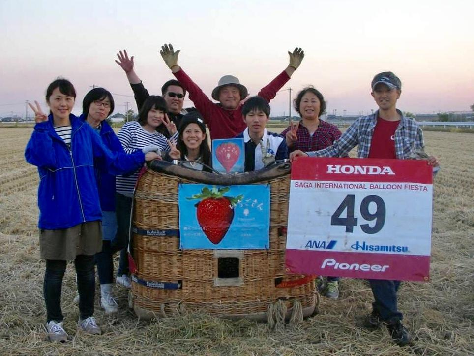 笹川和朗さん(右)と熱気球「いちごさん」のチームクルー