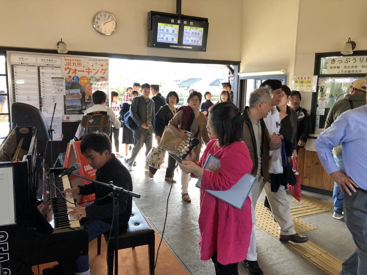 ピアノを弾きながら歌う中島彩人さん(左)と泉万里江さん(右)