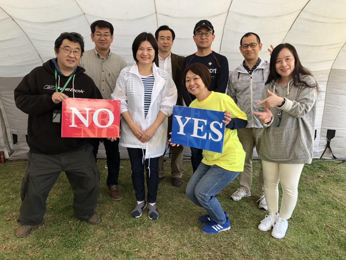 吉村浩さん(左から2人目)と「さがクロスロード研究会」メンバー