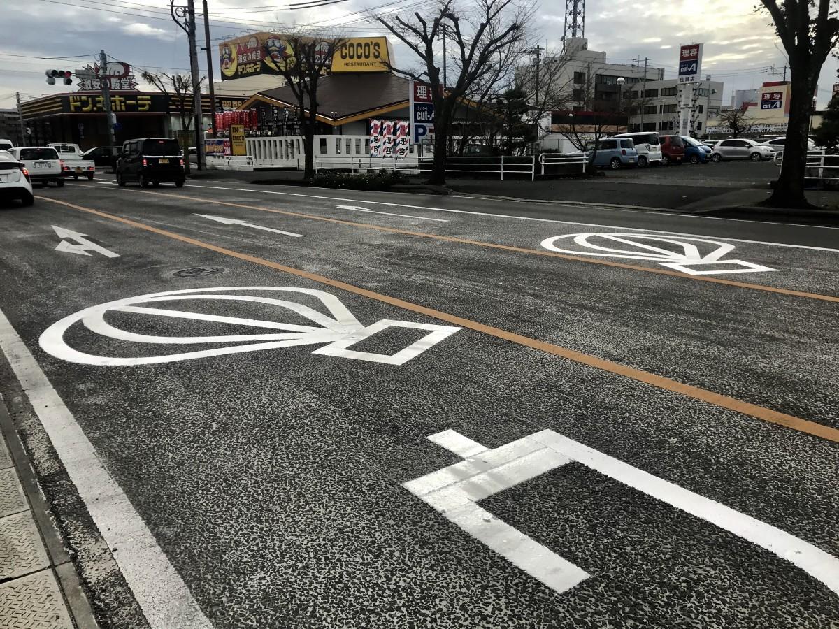佐賀北警察署前交差点に設置した、左右に傾いた「気球」マーク