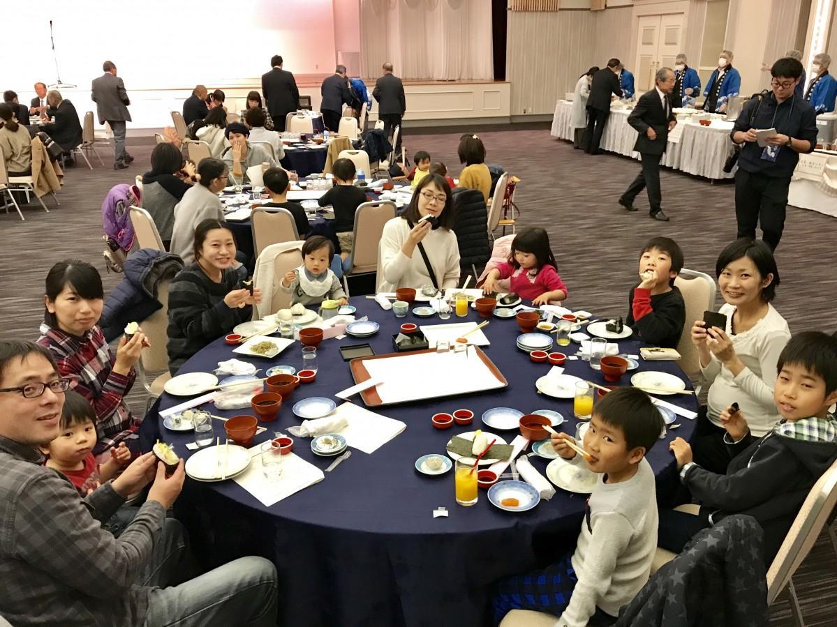 「初摘みノリ」を使った料理を楽しむ親子連れの参加者ら
