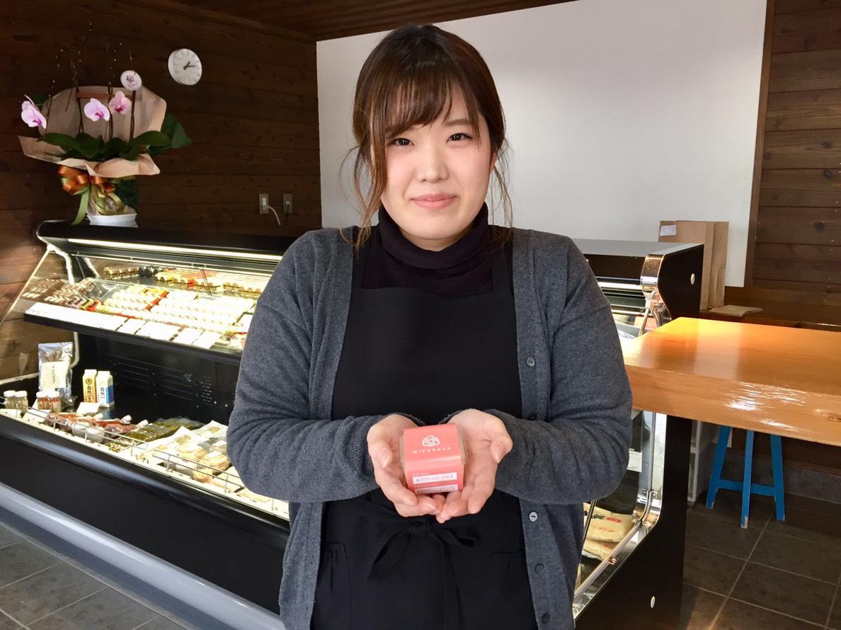 「柚子クリームチーズ粕漬」を手にする「川原食品」販売員