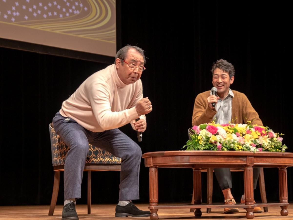 学生時代バレーボール部だった迫田孝也さんに「レシーブの姿勢は時代劇の殺陣でも生かされる」と席を立ち熱弁する平泉成さん