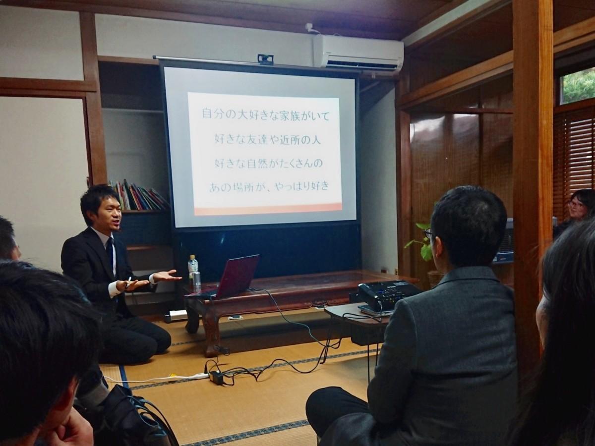 トーク中、公務員を目指すきっかけとなった地元鹿児島への愛を語る池田さん