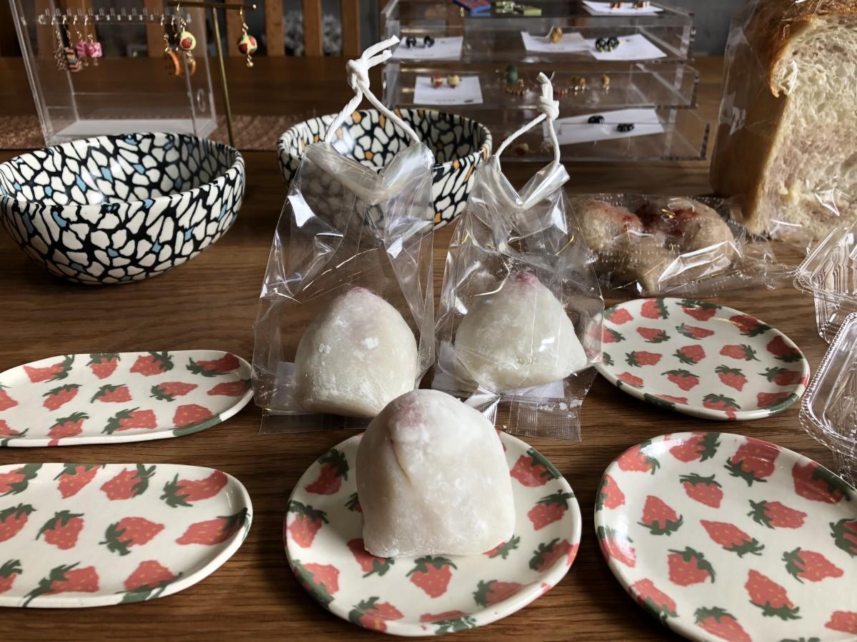 「いちごフェア」で販売した「八戸窯」の磁器と「咲楽」のいちごさん大福(中央)などスイーツ、パン