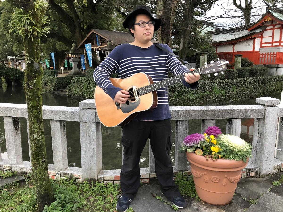 佐賀・松原神社の前に立つ月隈朱莉さん