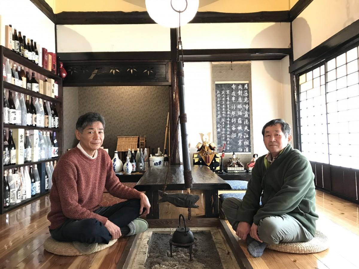 民泊施設「笑仲のやかた」いろり部屋で、江頭嘉隆さん(左)と高島賢一さん(右)