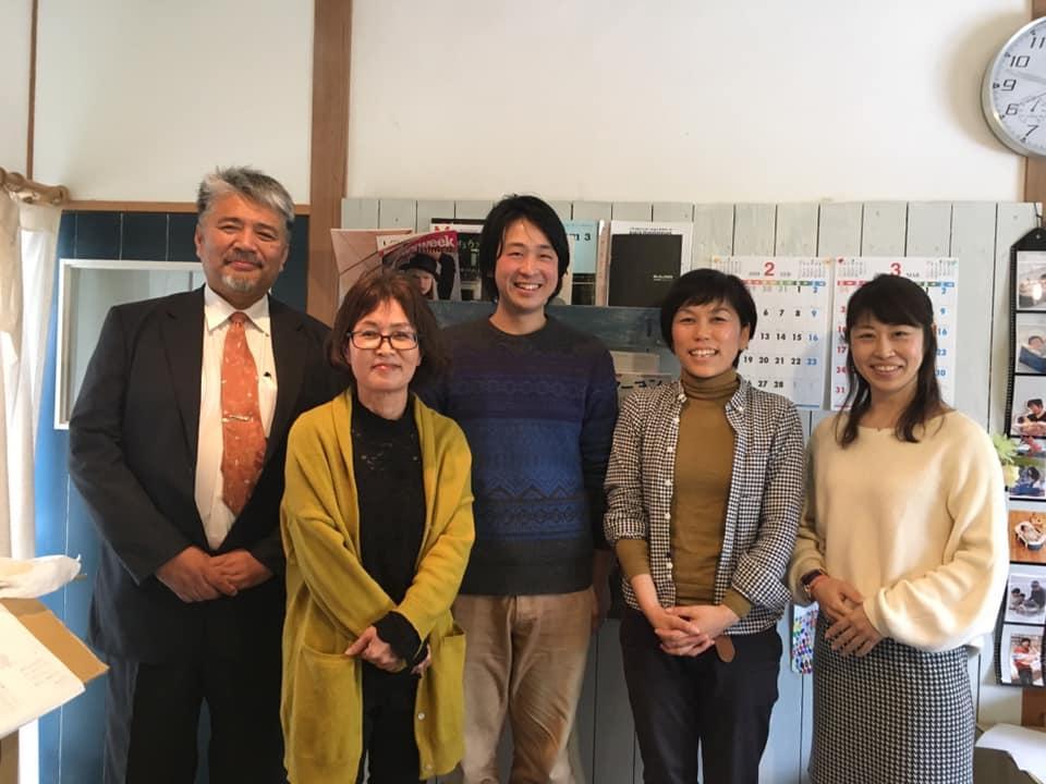 「佐賀に理想のオルタナティブスクールを作る会」の山下千春さん(右から2番目)と設立予定のNPO理事メンバー