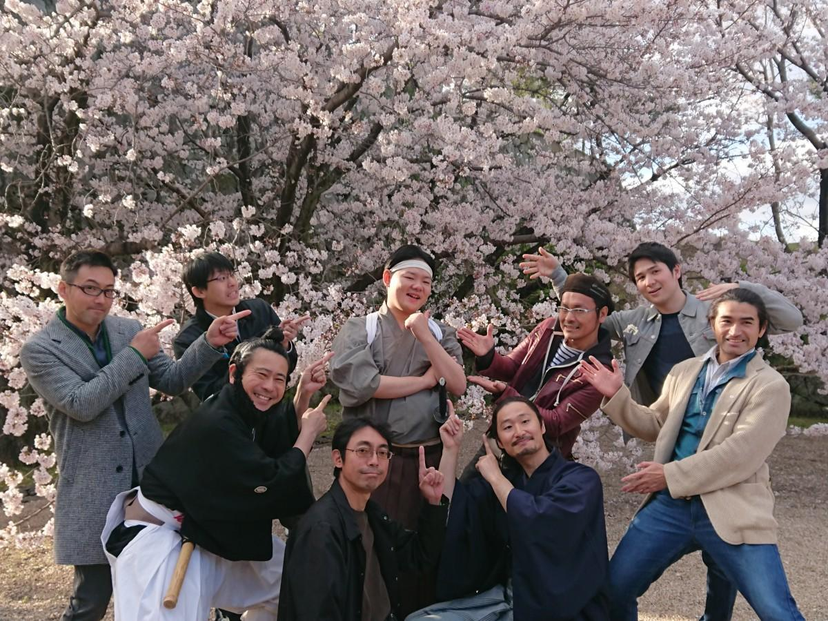 卒業公演を終えて、共演メンバーらとともに笑顔を見せる石井晃一さん(中央)