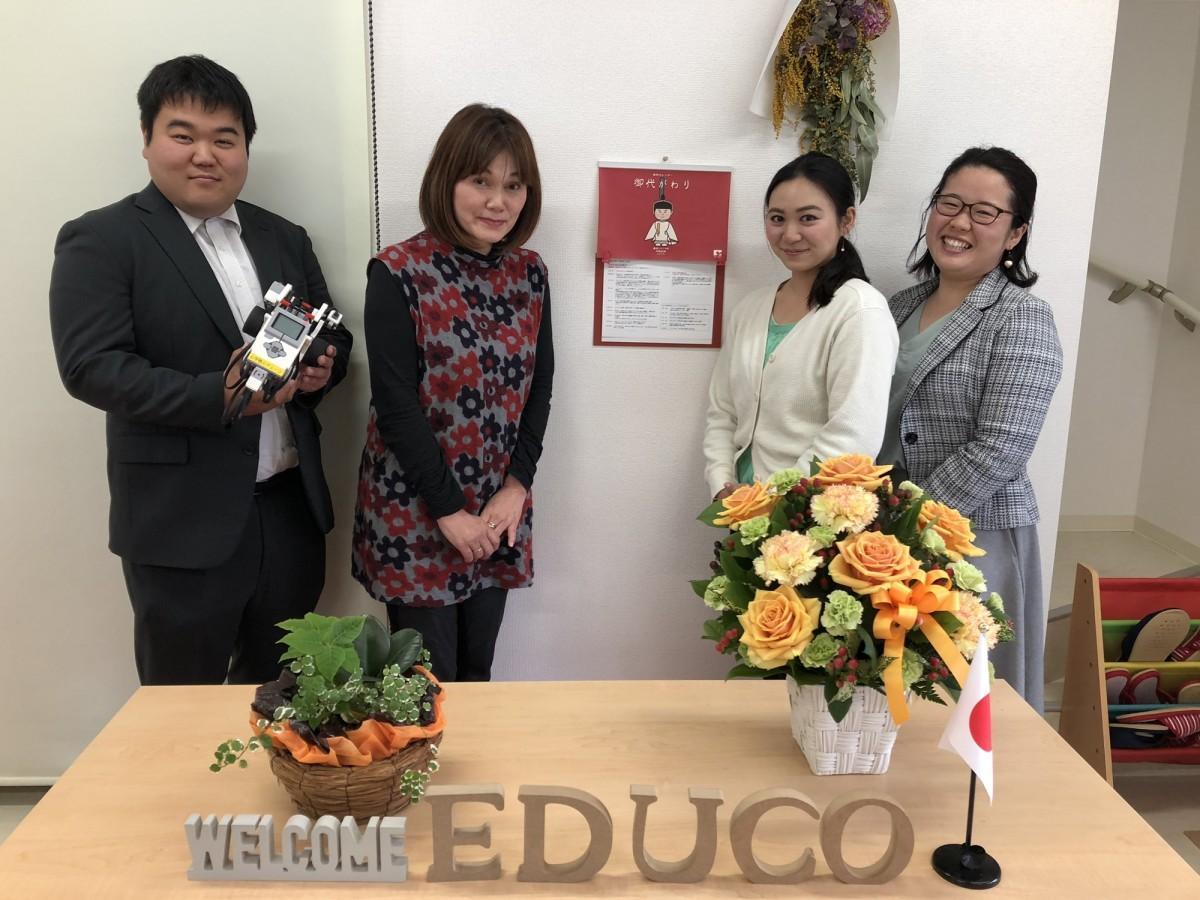 「心学塾エデューコ」代表の中原由美子さん(左から2人目)と講師陣