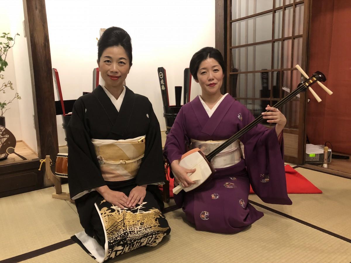 演奏を披露した「お座敷芸能ユニット 奏龍」の蘭蝶さん(左)と紫之さん(右)