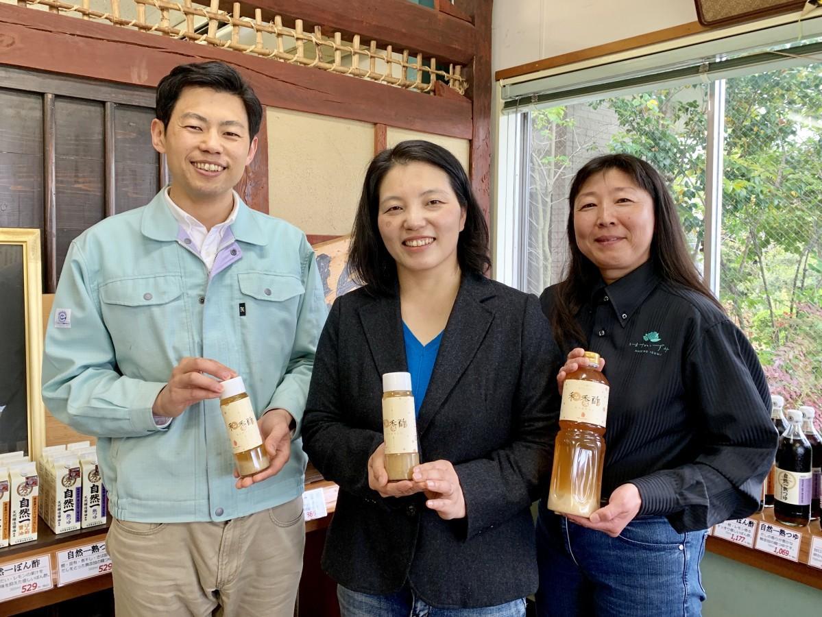 「和香酢」をPRする「ホンザン」の本山智子社長(中央)、料理研究家の上川紀子さん(右)、丸秀醤油の秀島健介社長(左)