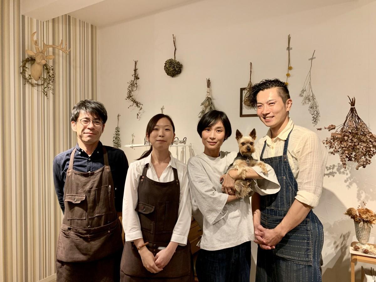「サロン・ド・ルシェル」店主の細井早織さん(右から2人目)、社長の千々岩修二さん(一番右)、スタッフの長尾徳太郎さん(一番左)、中尾愛さん(左から2番目)、スタッフ犬「空(くう)」