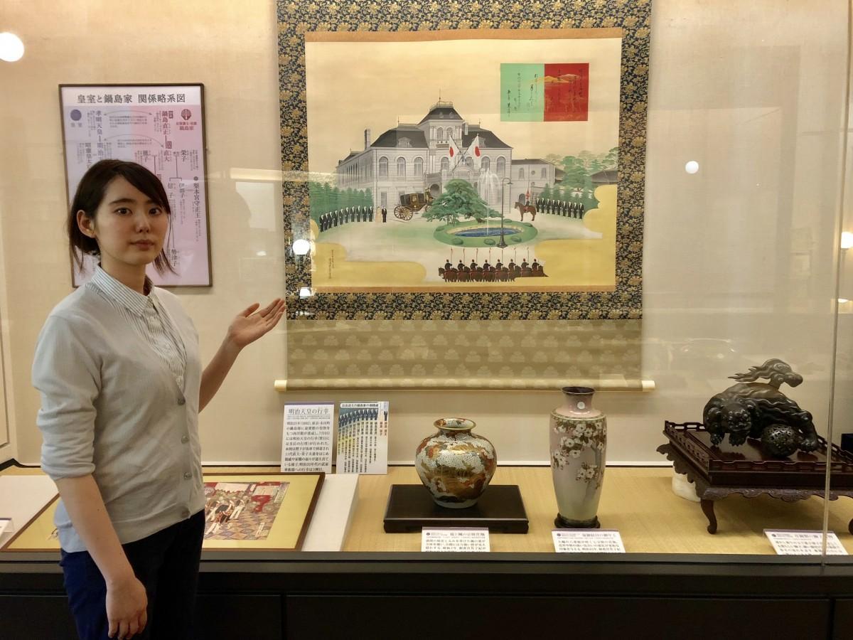 展示品を紹介する「徴古館」学芸員の池田三紗さん