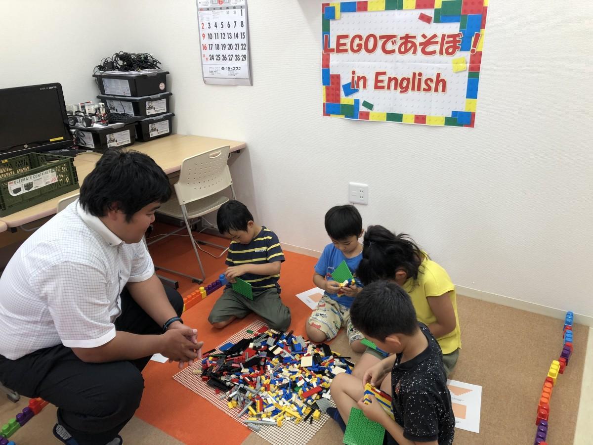レゴブロックの組み立てに取り組む子どもたち
