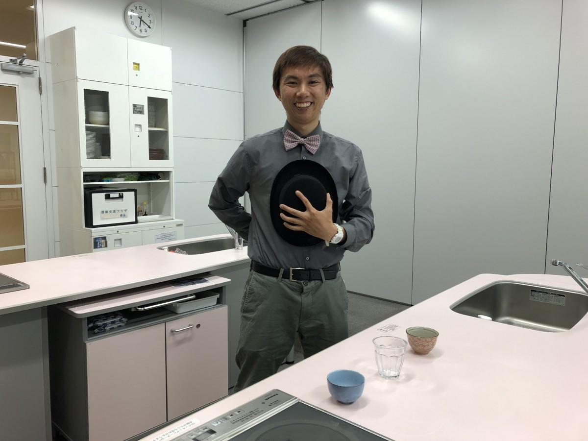 会場の調理室でパーティー参加を呼び掛けるスティーブン・ニューエンさん