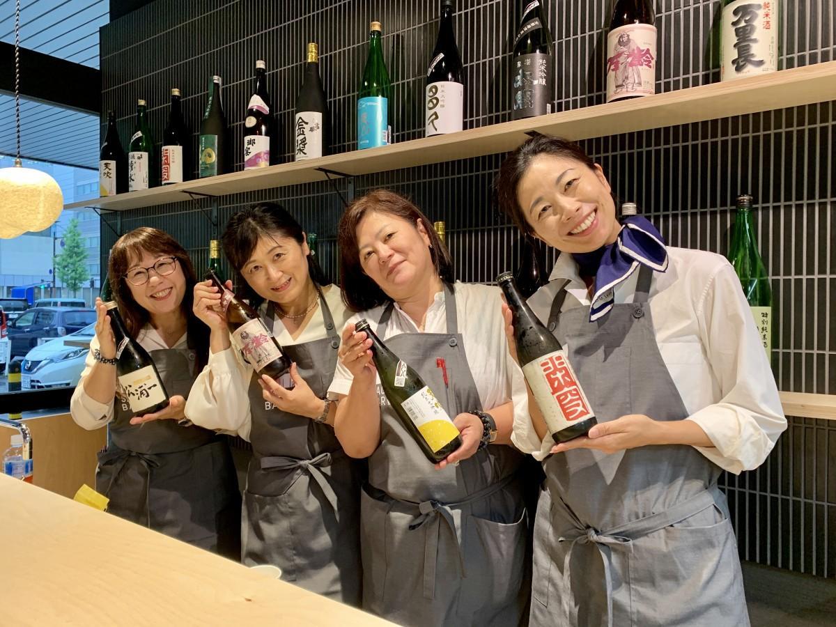 (右から)「SAGA BAR」日替わりおかみの、進智恵さん、金子彰子さん、庄島瑞恵さん、池田摂子さん