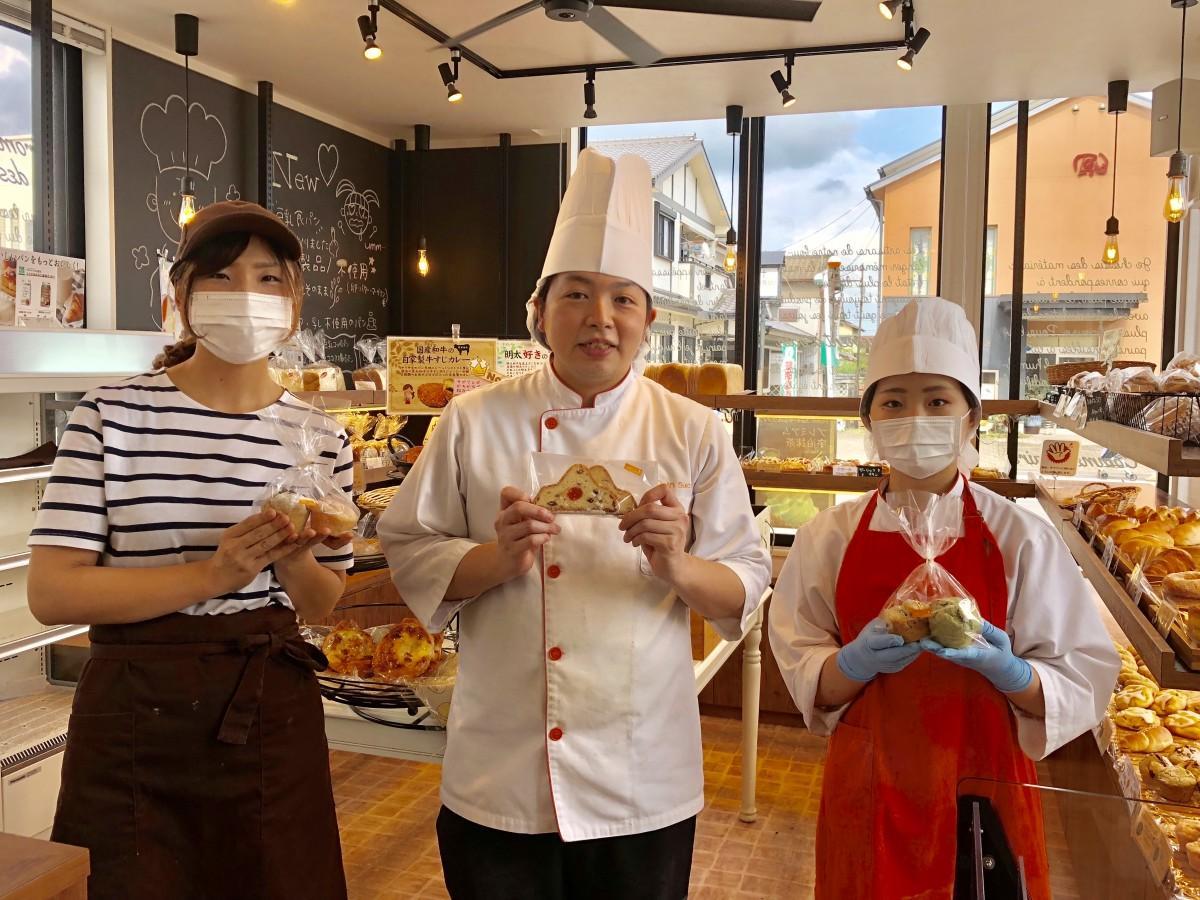 「Pain sucre」店主の佐藤友太さん(中央)、スタッフの北村咲さん(左)、廣田千佳さん(右)