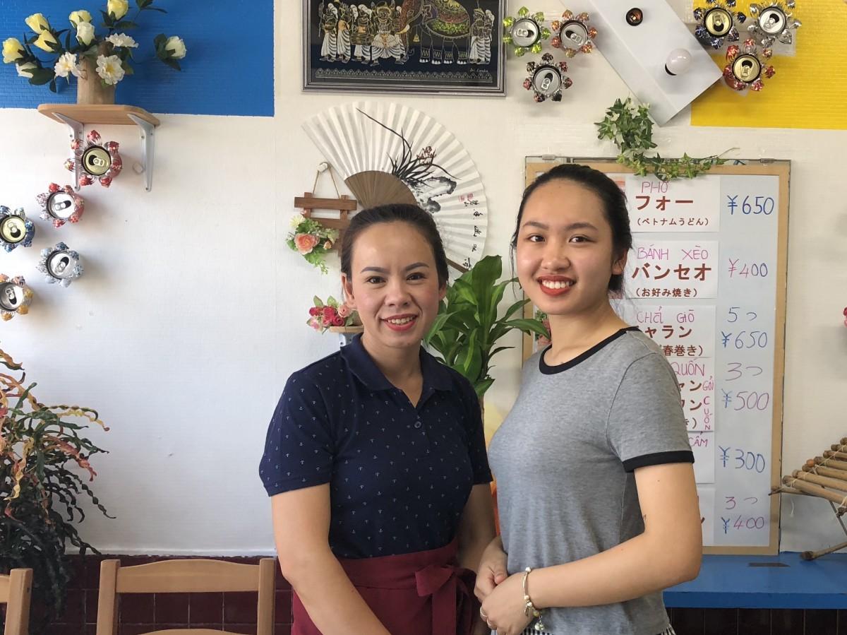 (左から)「サイゴンカフェ」店主の伊東リンさんと長女の伊東カンさん
