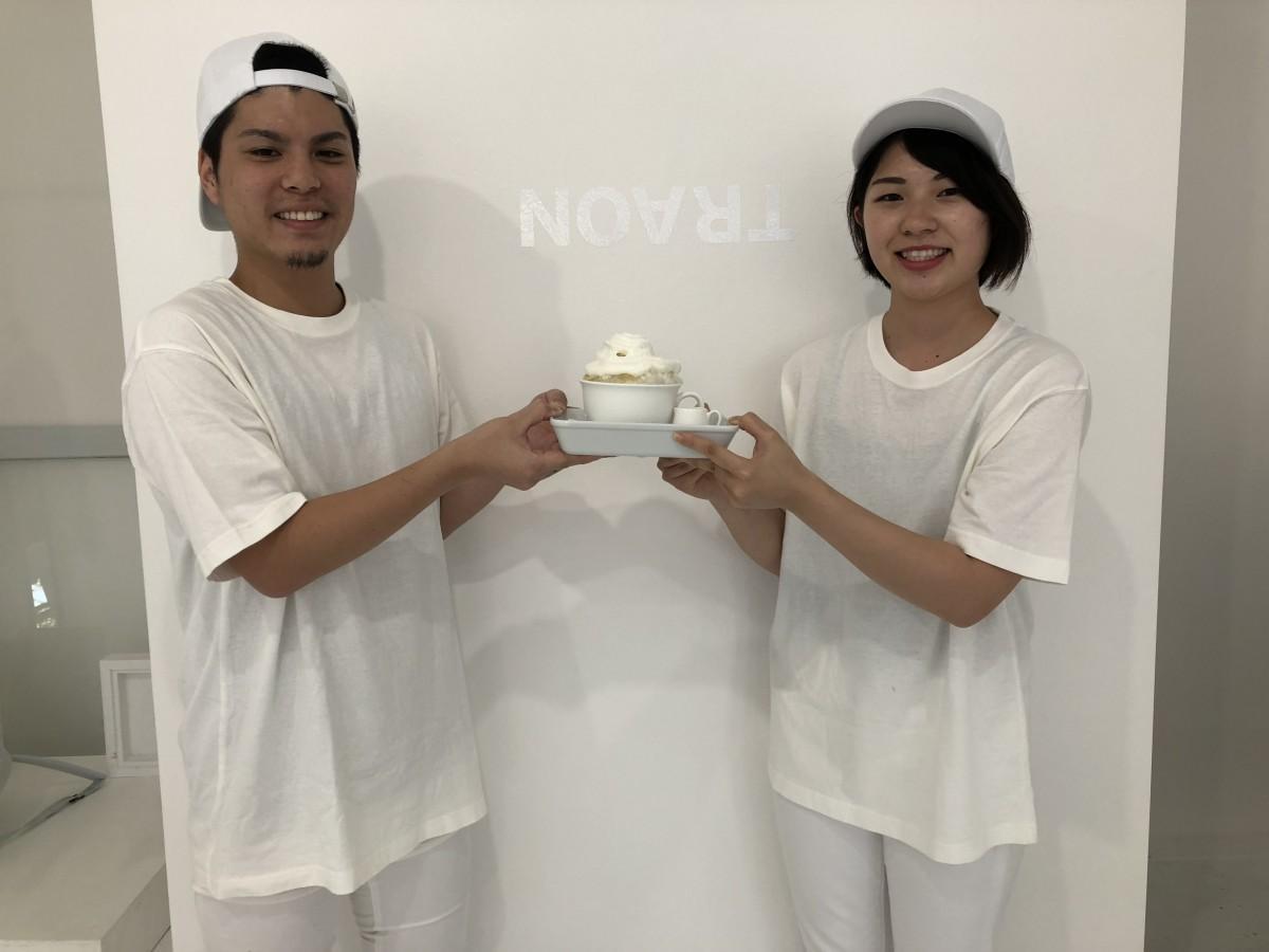 かき氷「ひやかもん」を持つスタッフの横尾孝久さん(左)と廣重雅子さん(右)