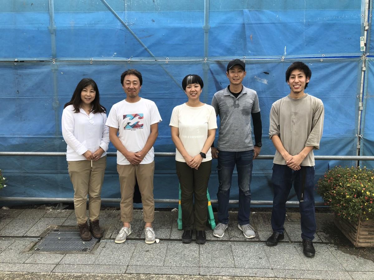 新築店舗建設を手掛ける「ワークヴィジョンズ」西村浩社長(左から2人目)と同社スタッフ、建築関係者
