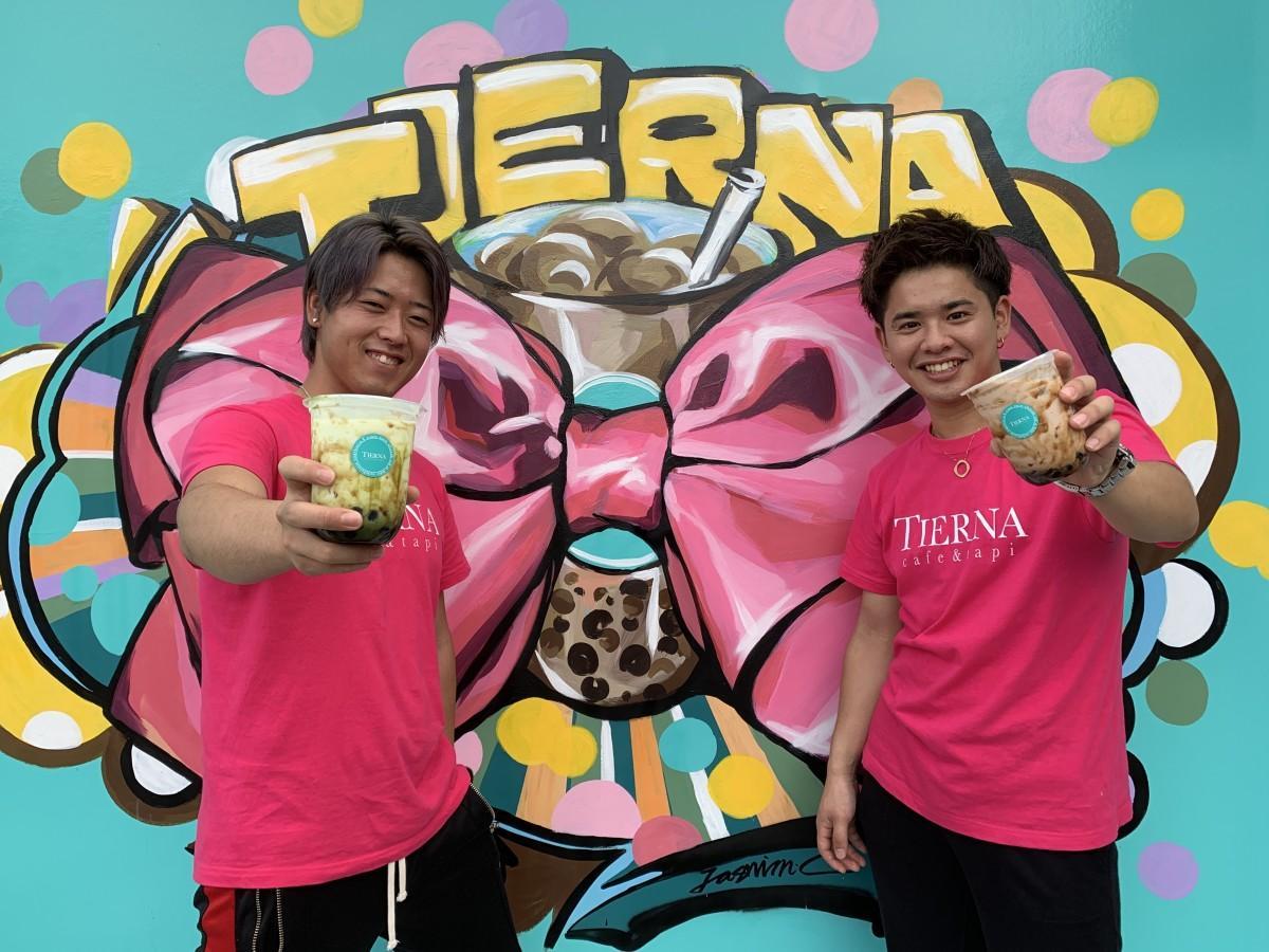 「TIERNA cafe & tapi」スタッフの池松真伍さん(右)、古賀嘉昭さん(左)