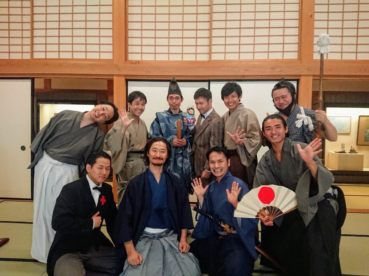 笑顔で7周年を迎える「幕末・維新 佐賀の八賢人おもてなし隊」メンバー