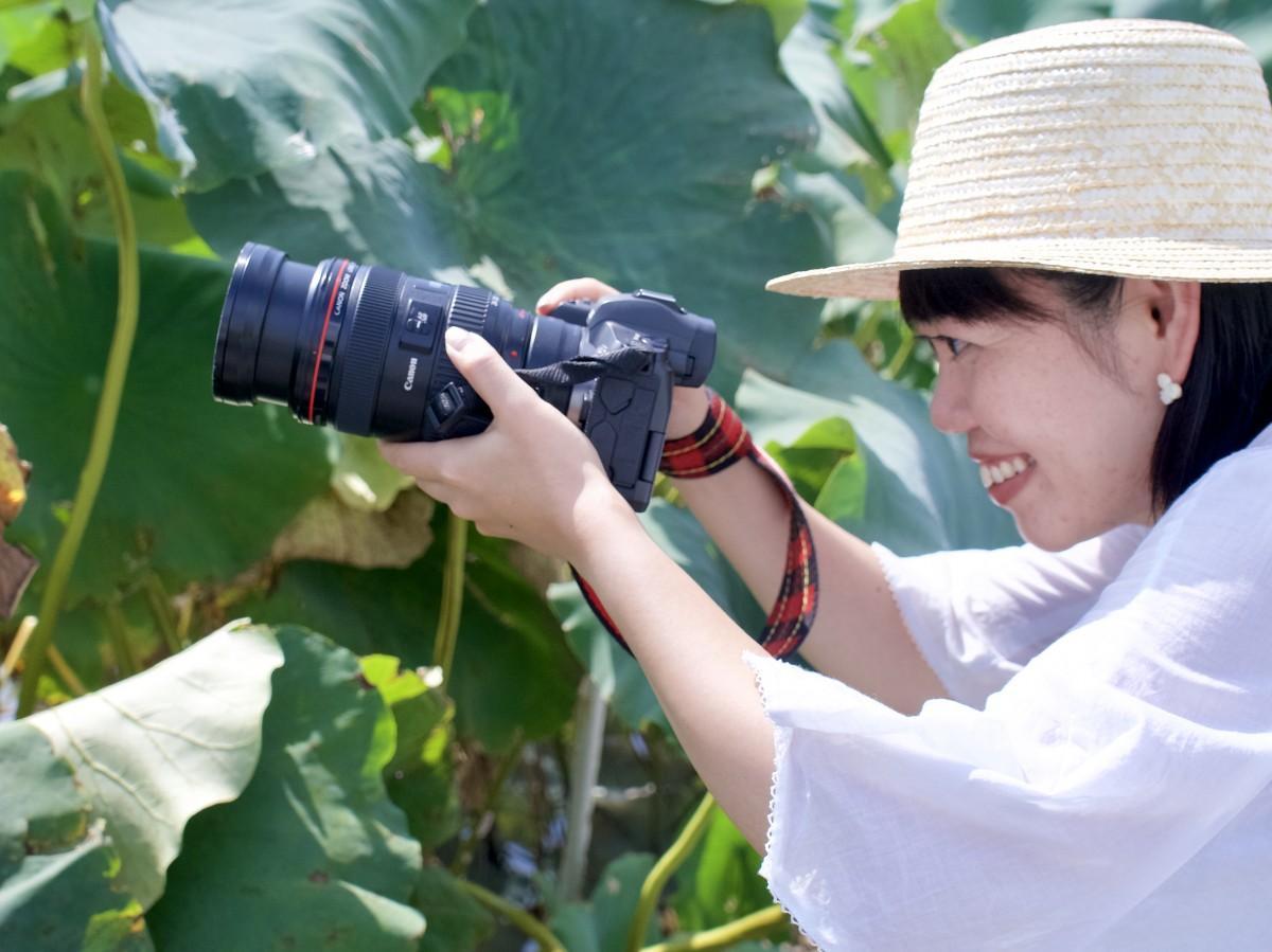 れんこん畑にカメラを向けるカメラガールズ