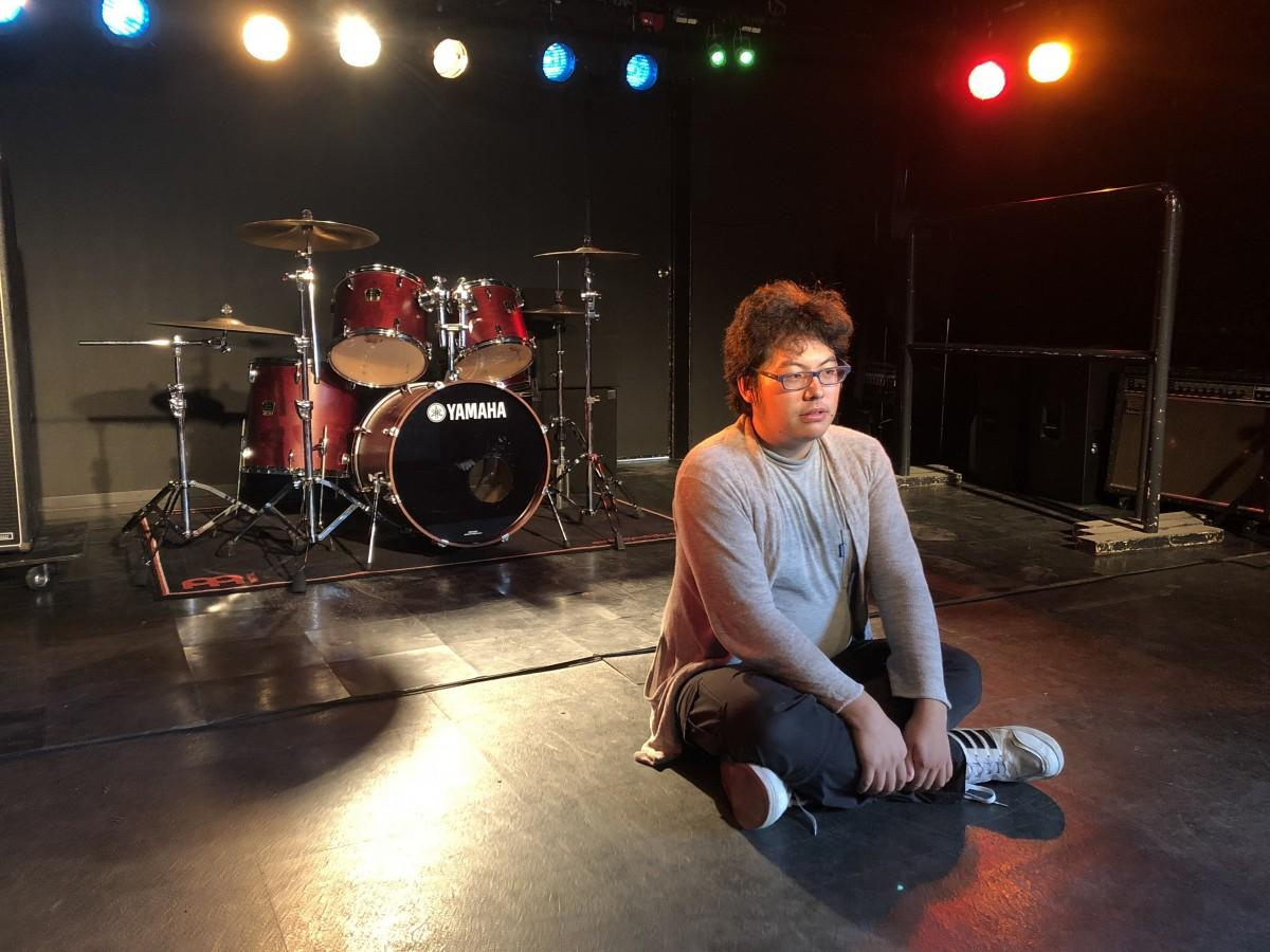 「RAG-G」のステージに腰を下ろす月隈朱莉さん