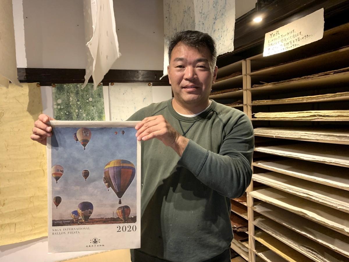 バルーンカレンダーを手にする「名尾手すき和紙工房」の谷口祐次郎社長