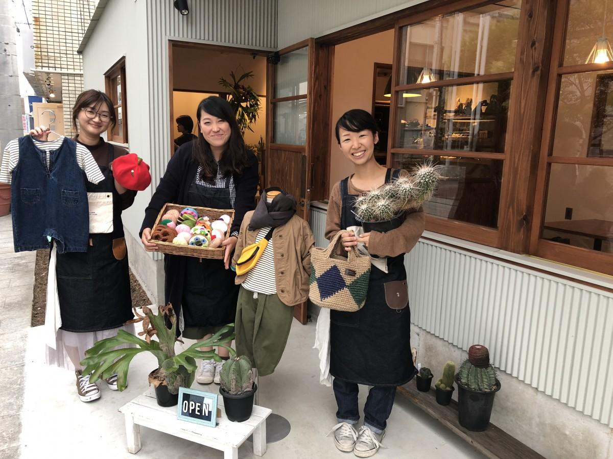 (右から)「SUSIE」店長の田中藍さん、スタッフの前田由理さん、久保田幸子さん