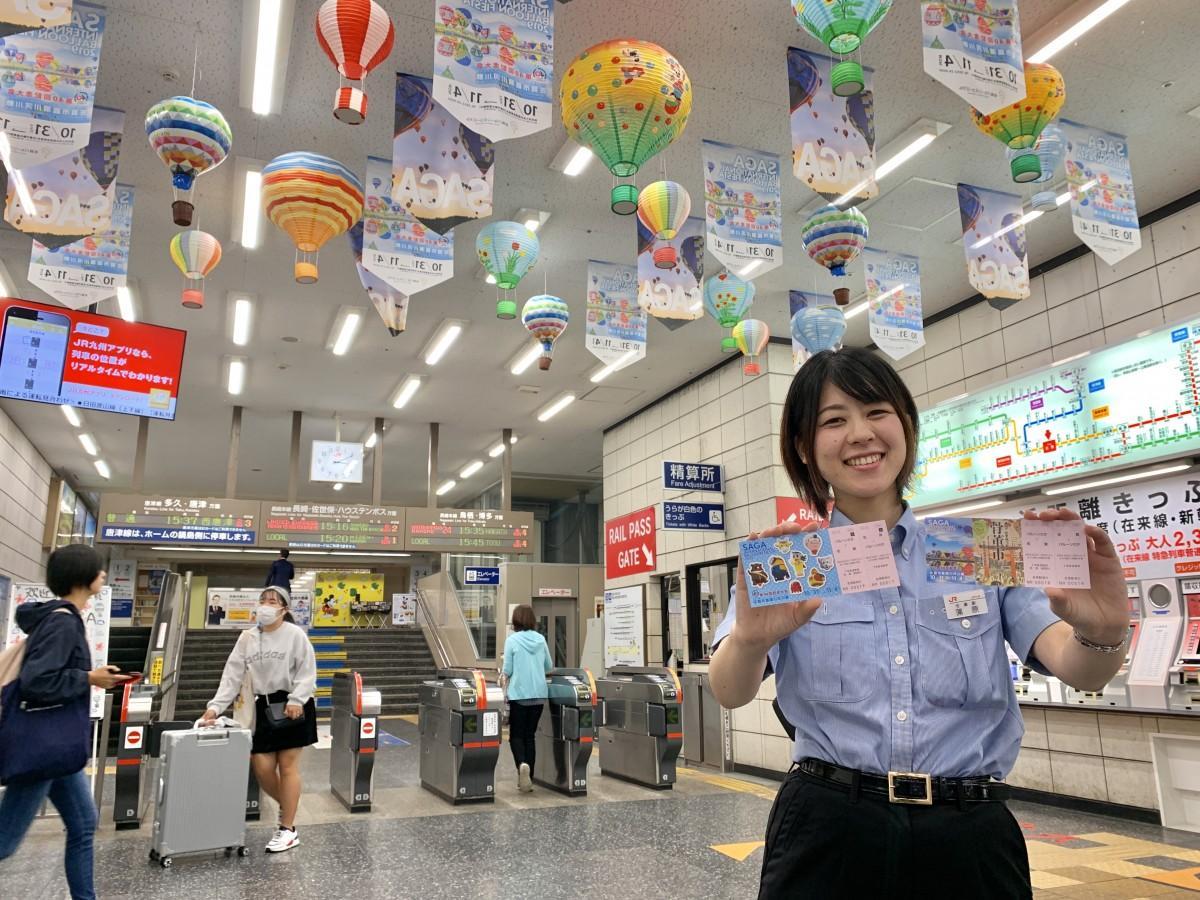 「2019 佐賀インターナショナルバルーンフェスタ」記念乗車券をPRするJR佐賀駅駅員