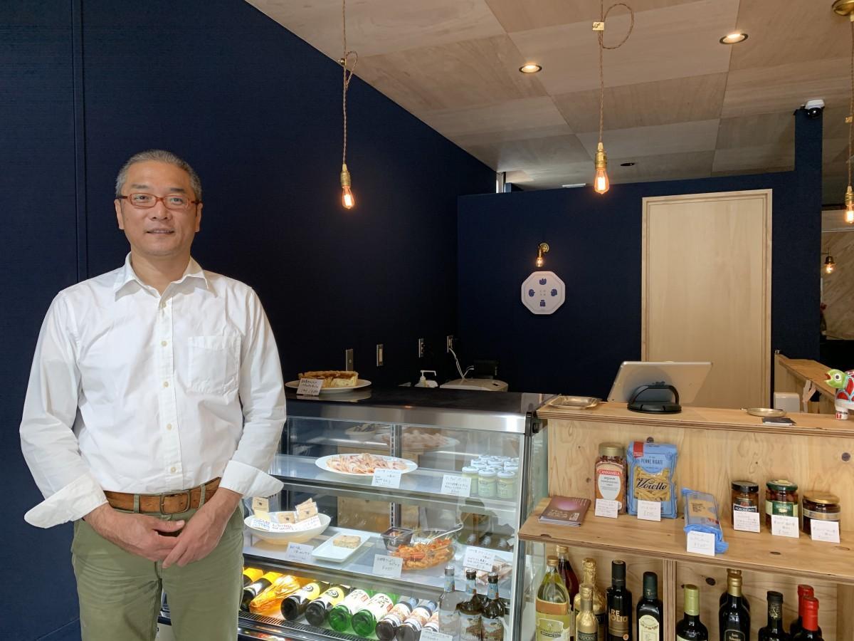 「デリカテッセン&ゲストハウスcosa」店主の富永茂樹さん