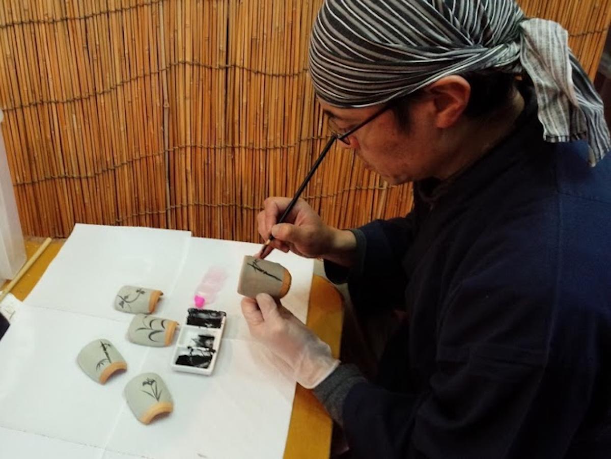 唐津焼陶片せんべい絵付け体験の様子