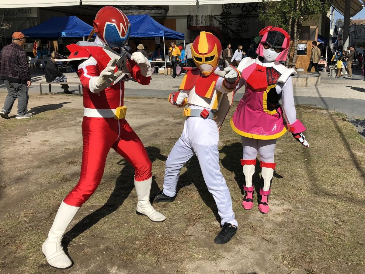「ハルレンジャー」(中央)と「なつレンジャー」(左)