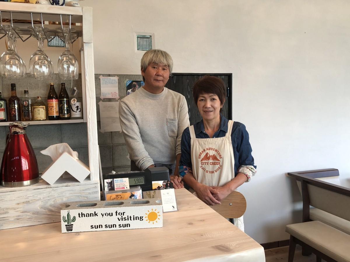 「SUN SUN SUN 飯屋」の飯盛正敏さん(左)藤井美和さん