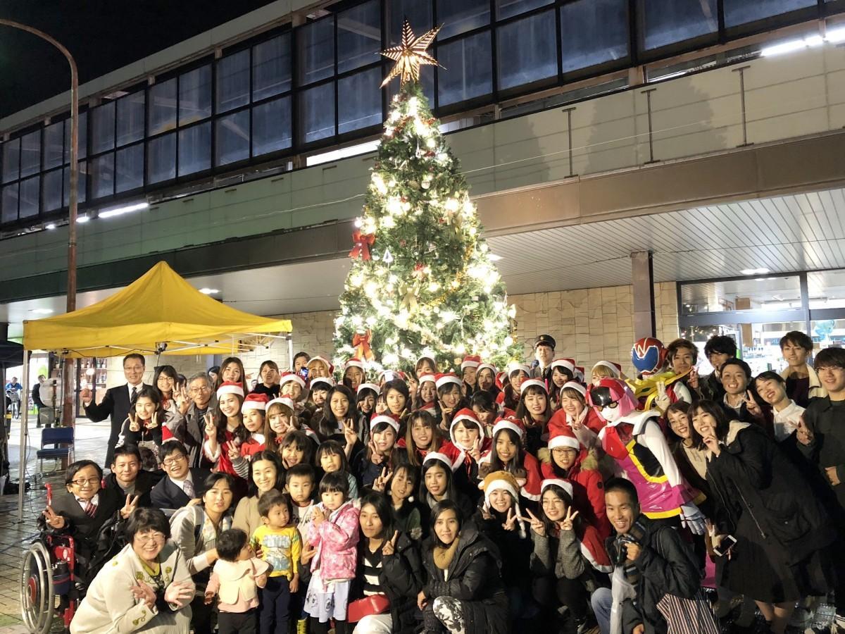 「シンボルツリー」を前に集合写真に収まる佐賀女子短期大学生らイベント関係者