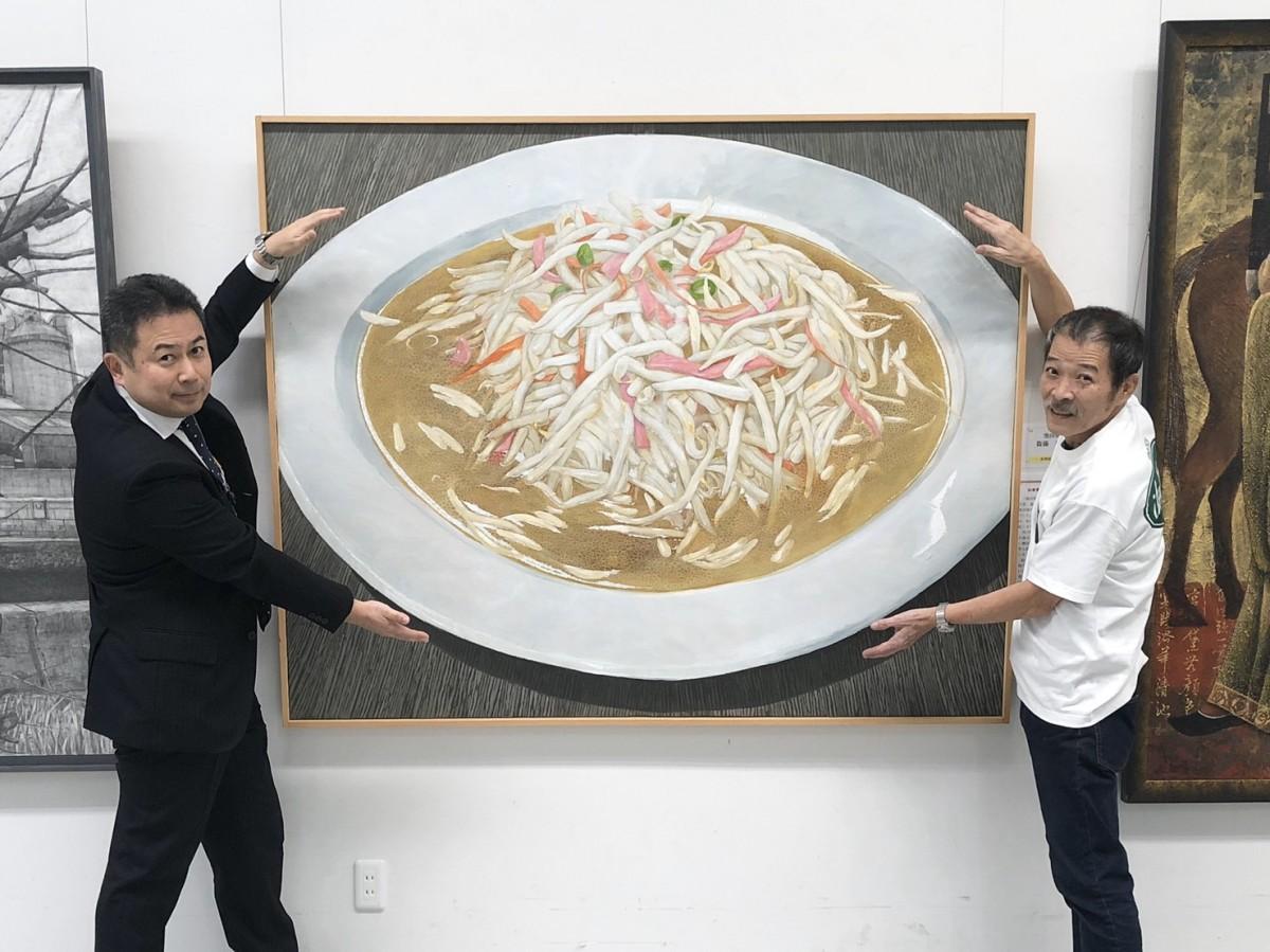県展で知事賞を受けた衞藤拡典さん(左)と「池田屋」初代店主の池田信宏さん(右)